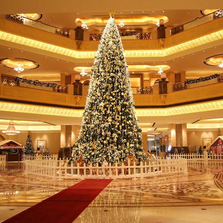 01-The-Emirates-Palace-Hotel-Decorated-Christmas-Tree-kopiya